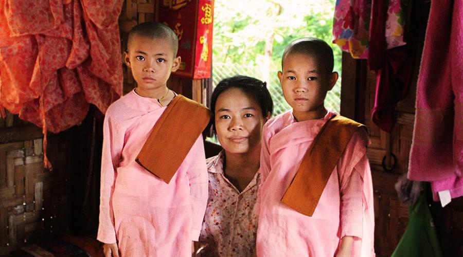 シュエグニ孤児院。尼僧として暮らす内戦被災者の子どもたち。(中央は2018年度研修生のサンダーモーさん)