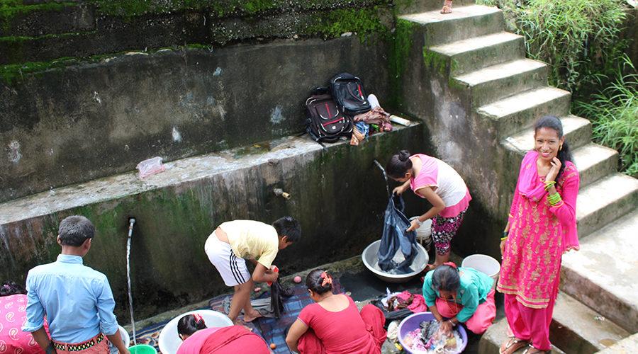 村の洗濯場に集まる女性たち。右端は2018年度研修生のサビナさん。
