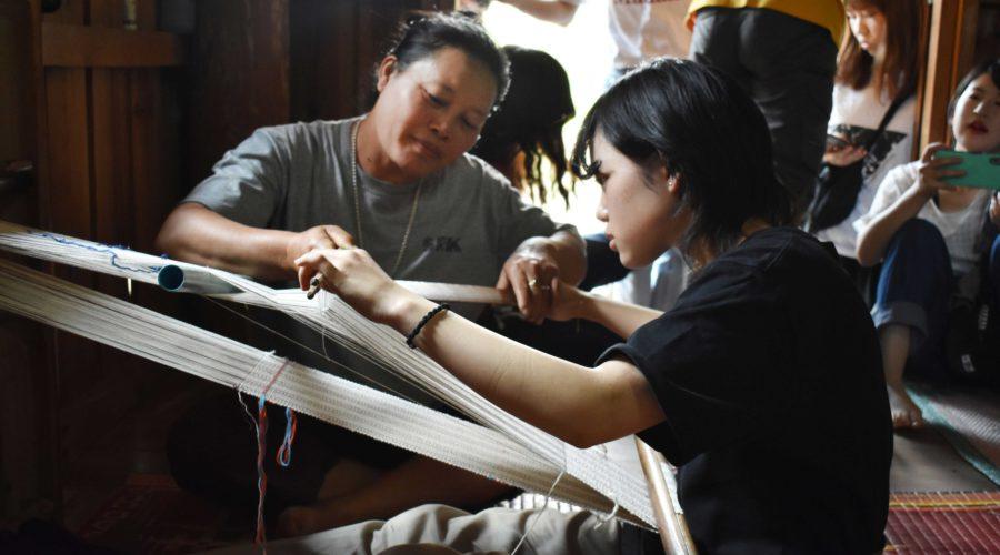 草木染布の手織り体験